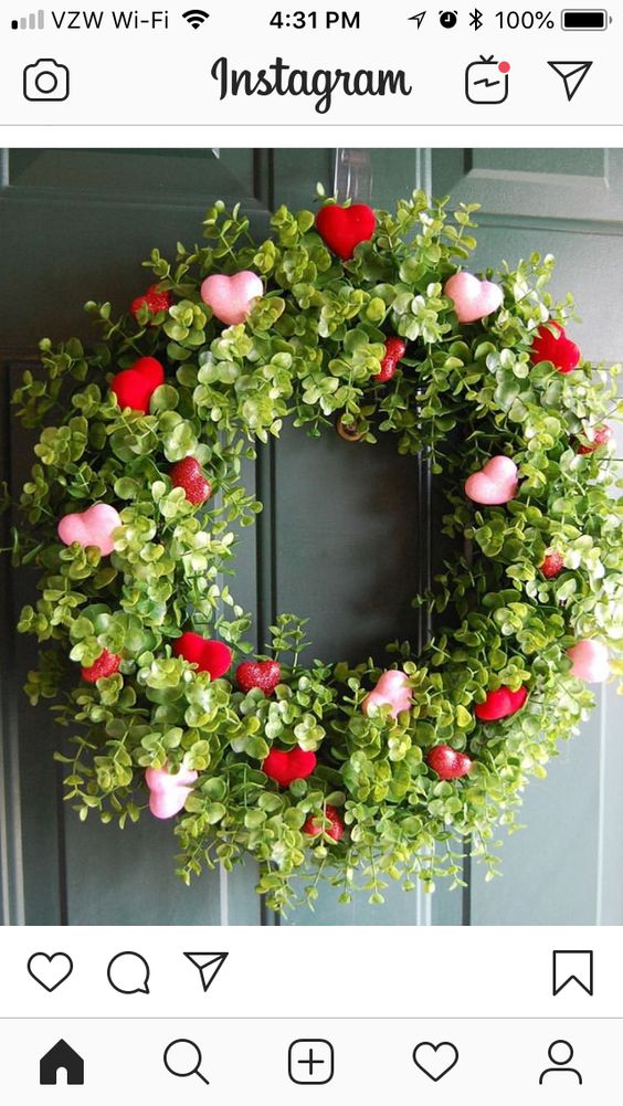 Valentines Day door wreath with pink and red hearts #valentines